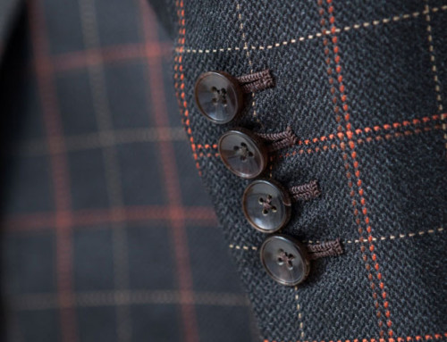 Horn buttons and handmade buttonholes of a silk suit