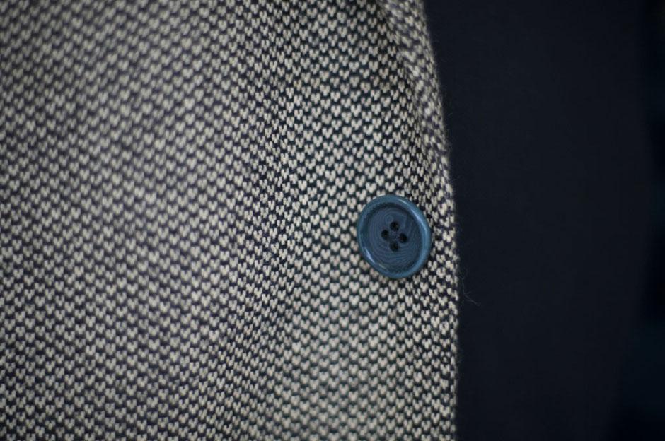 Detailaufnahme eines Knopfs an einem Maßanzug von Egon Brandstetter Herrenschneider Berlin