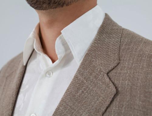 Ungefüttertes Leinensakko kombiniert mit einem Maßhemd aus Seidenjacquard
