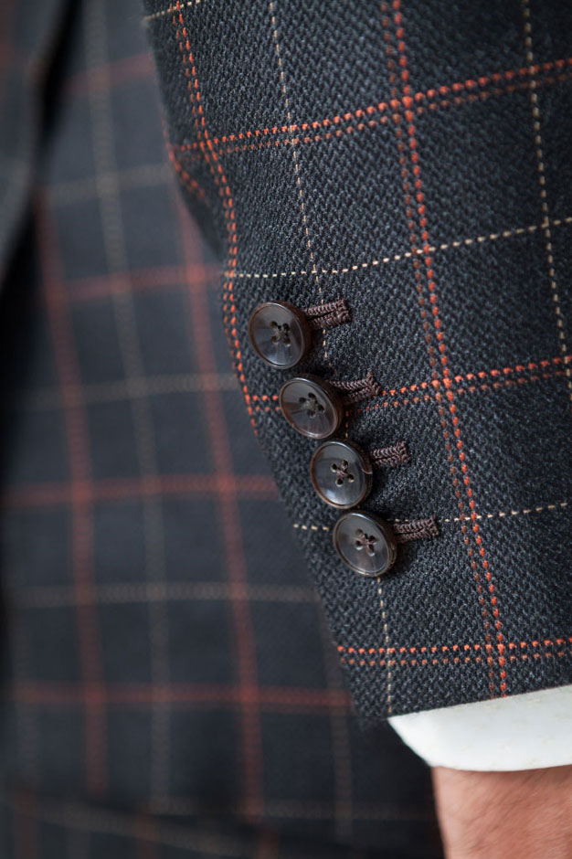 Hornknöpfe und handumsäumte Knopflöcher eines Seidenanzugs