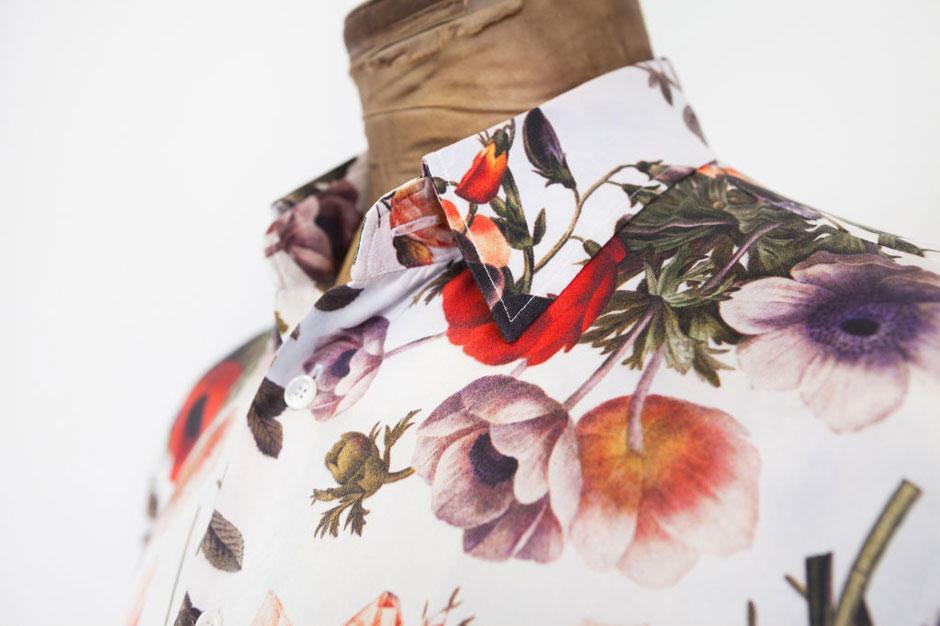 Handgenähtes Hemd aus Seidensatin mit floralem Muster von Egon Brandstetter Maßschneider Berlin