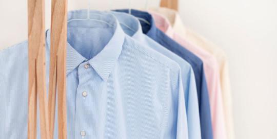 Bei der Anfertigung von Maßhemden verarbeitet Egon Brandstetter Maßschneider Berlin nur edelste Hemdentuche von den renommiertesten Baumwollwebereien Europas wie Alumo oder S.I.C. Tess.