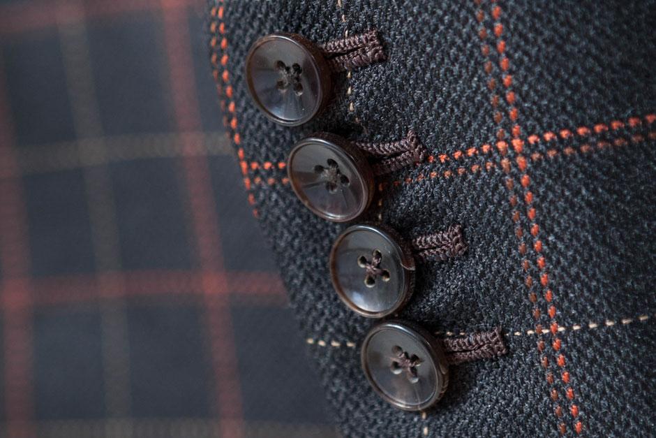 Büffelhornknöpfe und handumsäumte Knopflöcher eines maßgeschneiderten Anzugs von Egon Brandstetter